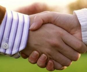 Рукопожатие передает миллионы бактерий