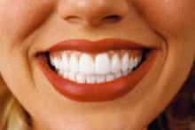 Новая жидкость для полости рта убивает бактерии при свете
