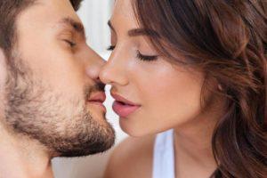 Поцелуй может вызывать сифилис, менингит и аллергию