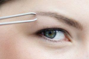 Как правильно выщипать брови — советы косметолога