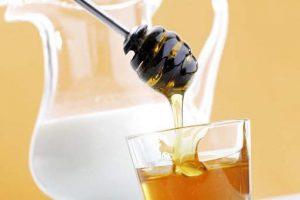 Врачи рассказали, действительно ли горячее молоко с медом помогает при простуде