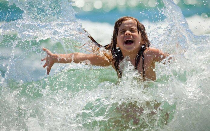 Врачи рассказали, можно ли купаться в море при кашле