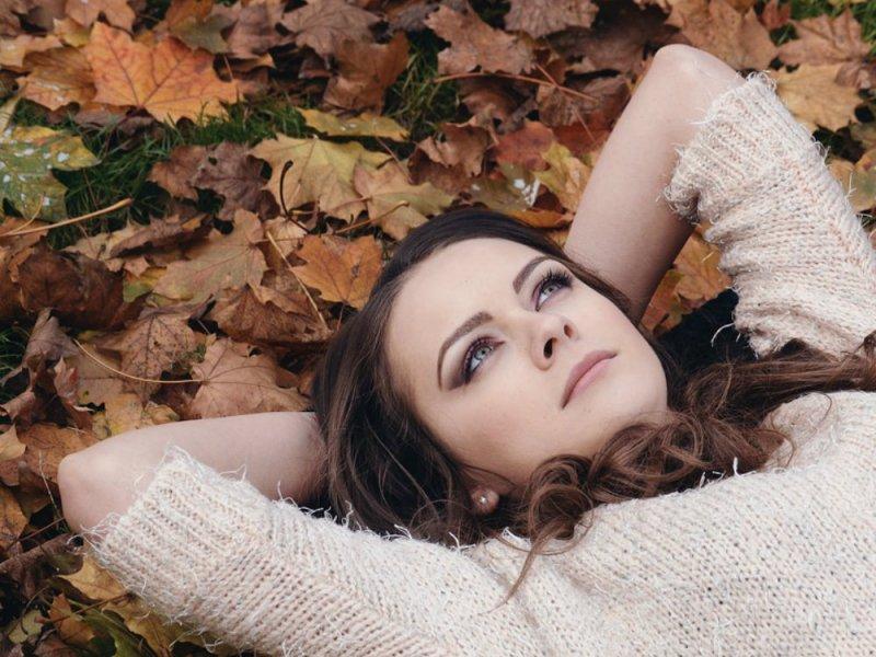 Аллергикам посоветовали не устраивать фотосессии с опавшими листьями