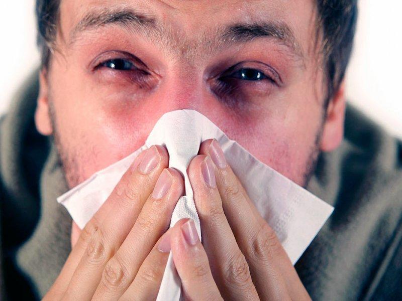 Платочки белые, глаза печальные: врачи советуют отказаться от тканевых носовых платков при насморке