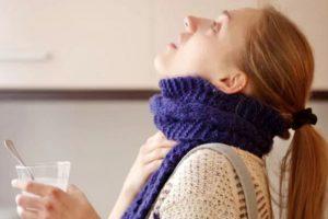Врач назвал типичные ошибки при самостоятельном лечении больного горла