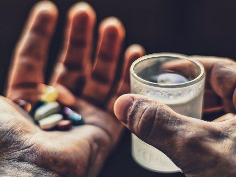 Врач-токсиколог назвал лекарства, которые категорически не должны сочетаться с алкоголем