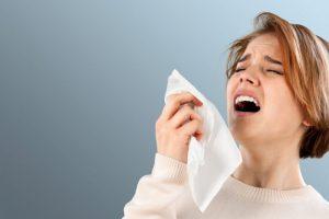 Насколько опасно подавлять чихание?