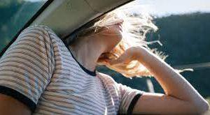 Почему опасно открывать окна в авто на большой скорости