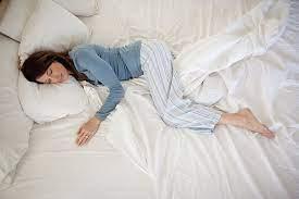 Медики пояснили, в каких позах нужно спать при болях в спине, насморке