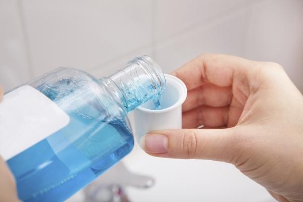 Определенные жидкости для полоскания рта могут остановить передачу COVID-19